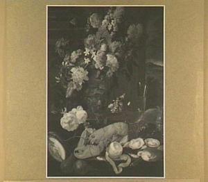 Stilleven van kreeft, oesters, citroen en brood; op de achtergrond een boeket met bloemen