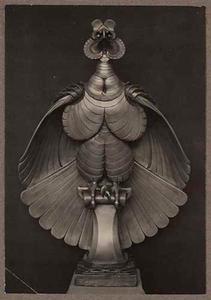 Foto van het beeld van een gestileerde Harpij op een stok, vervaardigd door Joseph Mendes da Costa.