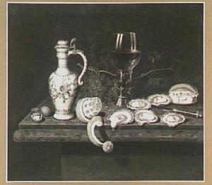 Stilleven met oesters, geschilde citroen, roemer met wijn, druiven en porseleinen kan