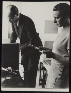 Piet Mondriaan en Gwen Lux in het atelier van Mondriaan