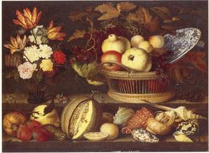 Stilleven met bloemen in een roemer, een mand met vruchten en een Wan Li-schotel, schelpen en insekten