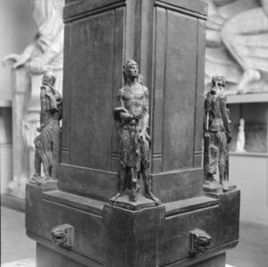Het atelier van Antoine Bourdelle met een brons getiteld 'La Force' op een van de hoeken van de sokkel van het monument voor Alvear
