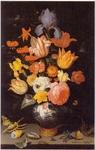 Bloemen in een Wan Li-vaas, met schelpen, insekten en een hagedis