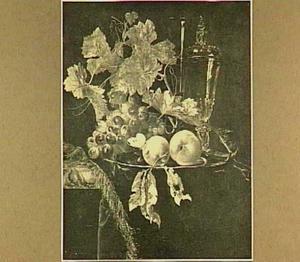 Stilleven met glaswerk, vruchten en insekten op een donker kleed