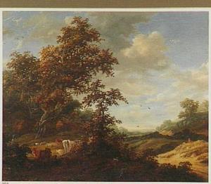 Heuvelachtig landschap met landweg en rustend vee nabij bomen