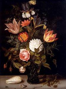 Bloemen in een roemer, met twee schelpen, een rups en insecten
