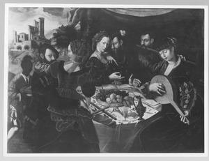 Musicerend en minnekozend gezelschap rond een tafel