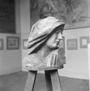 Het atelier van Antoine Bourdelle met een beeldhouwwerk van een kop van een vrouw