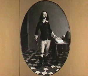 Portret van een man, staande naast een tafel met wandelstok en wijzend in een boek