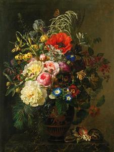 Stilleven met bloemen in een Griekse vaas en schelpen op een marmeren blad