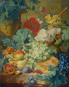 Stilleven met bloemen en vruchten op een stenen plint, op de achtergrond een gebeeldhouwde vaas