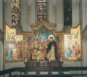 Maria-altaar met beschilderde luiken met De annunciatie (buitenzijden); De geboorte van Christus (binnenzijde links); Maria met kind dat de H. Dominicus een rozenkrans aanreikt (middendeel, beeldhouwwerk); De kroning van Maria (binnenzijde rechts)