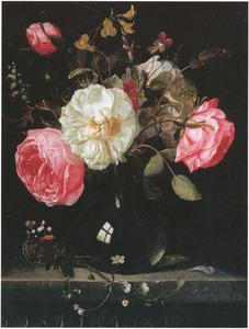 Bloemen in een glazen vaas, met een vergeet-me-nietje en een atalanta, op een stenen plint