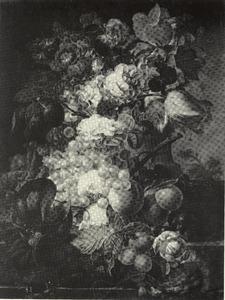 Stilleven van vruchten en bloemen met een vogelnest op een marmeren blad