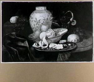 Stilleven met porseleinen dekselvaas, oesters, vruchten
