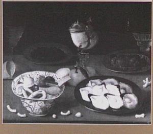 Stilleven met oesters, schaal met koekjes en nautilusbeker