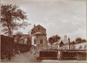 Gezicht in een kloostertuin met de achterzijde van de St Ceciliakerk in Keulen
