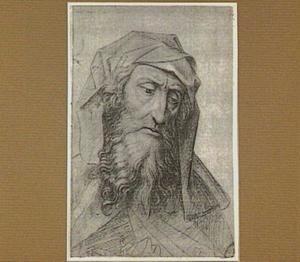 Kop van een bebaarde oude man met hoofddoek