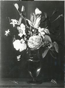 Bloemen in een glazen vaas, met een gekko en een Spaanse vlag, op een tafel