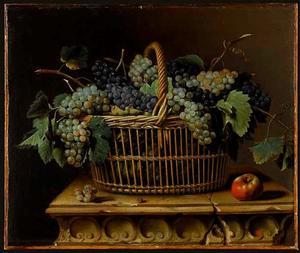 Mand met druiven en een appel op een marmeren voetstuk