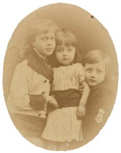 Portret van Petronella Sara Maria Dulcis barones de Constant Rebecque (1870-1951), Victor Carel Henri Jan baron de Constant Rebecque (1874-1952) en Idzardina Juliana Frederika barones de Constant Rebecque (1877-1958)