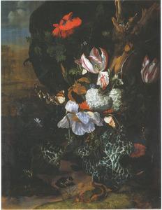 Bloemen en dieren bij een boomstronk voor een rotswand