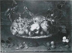 Vruchten op een Wan Li-schotel met een muis, knagend aan een walnoot