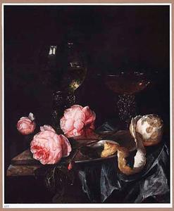Stilleven met geschilde citroen, rozen, glazen en een tinnen bord op een donkerblauw kleed