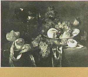 Stilleven met porseleinen schaal, vruchten en roemer op donker kleed