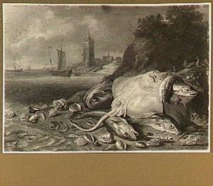 Vissen op het strand; in de achtergrond schepen, een vuurtoren en een kerk