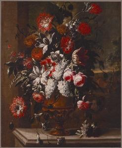 Stilleven van bloemen in een koperen vaas, voor een venster