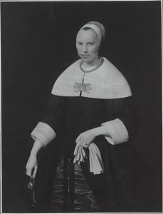 Portret van een vrouw met een horloge en handschoenen