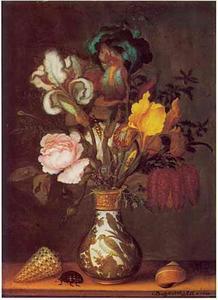 Bloemstilleven in een Wan Li-vaas, schelp, kever en slak op een tafel