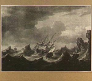 Schepen in storm voor een rotsachtige kust