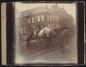Paard aan het werk aan het Eikenplein te Amsterdam
