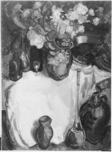 Stilleven met bloemen, aardewerk en flessen