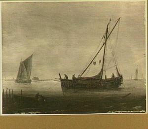 Schepen in kalm water met links op de voorgrond een sloep met een visser en fuik, op de achtergrond een boerderij