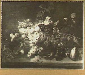 Stilleven van druiven, perziken en bramen in een mand, op de voorgrond vijgen en pompoenen