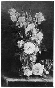 Stilleven met rozen en lissen in een glazen vaas