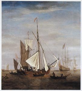 Twee Engelse zeilschepen op een rustige zee, een driemaster in de achtergrond