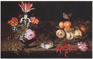 Stilleven met vaas met bloemen en porseleinen schaal met vruchten