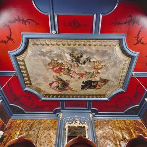 Plafondschildering met allegorische voorstelling omgeven door vakken met ornamenten