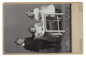 Portret van Andreas Louis Willem Lanen (1903-...), Carolina Cornelia Elisabeth Johanna Lanen (1907-...) en Catharina Martina Johanna Lanen (1908-...)