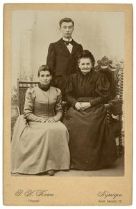 Portret van Christina Wilhelmina Boll (1834-1908), Antonius Johannes Reijckers (1874-1946) en Christina Wilhelmina Reijckers (1866-1933)