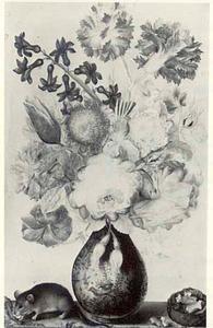 Bloemstilleven in een porseleinen vaas, een muis en een walnoot op een tafel