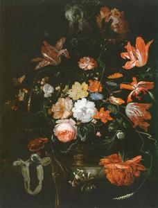 Vaas met bloemen en zakhorloge