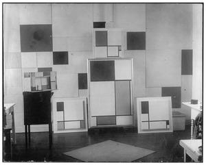 Vier composities en de maquette voor het toneelstuk L'Ephemere est Eternelle in het atelier van Piet Mondriaan