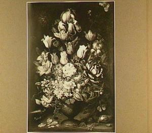 Bloemstuk in een stenen vaas met op de plint schelpen en insekten