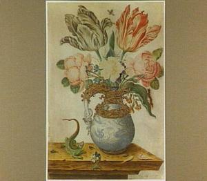 Bloemen in een gemonteerde Oosterse porseleinen vaas