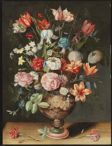 Bloemen in een geëmailleerde vaas